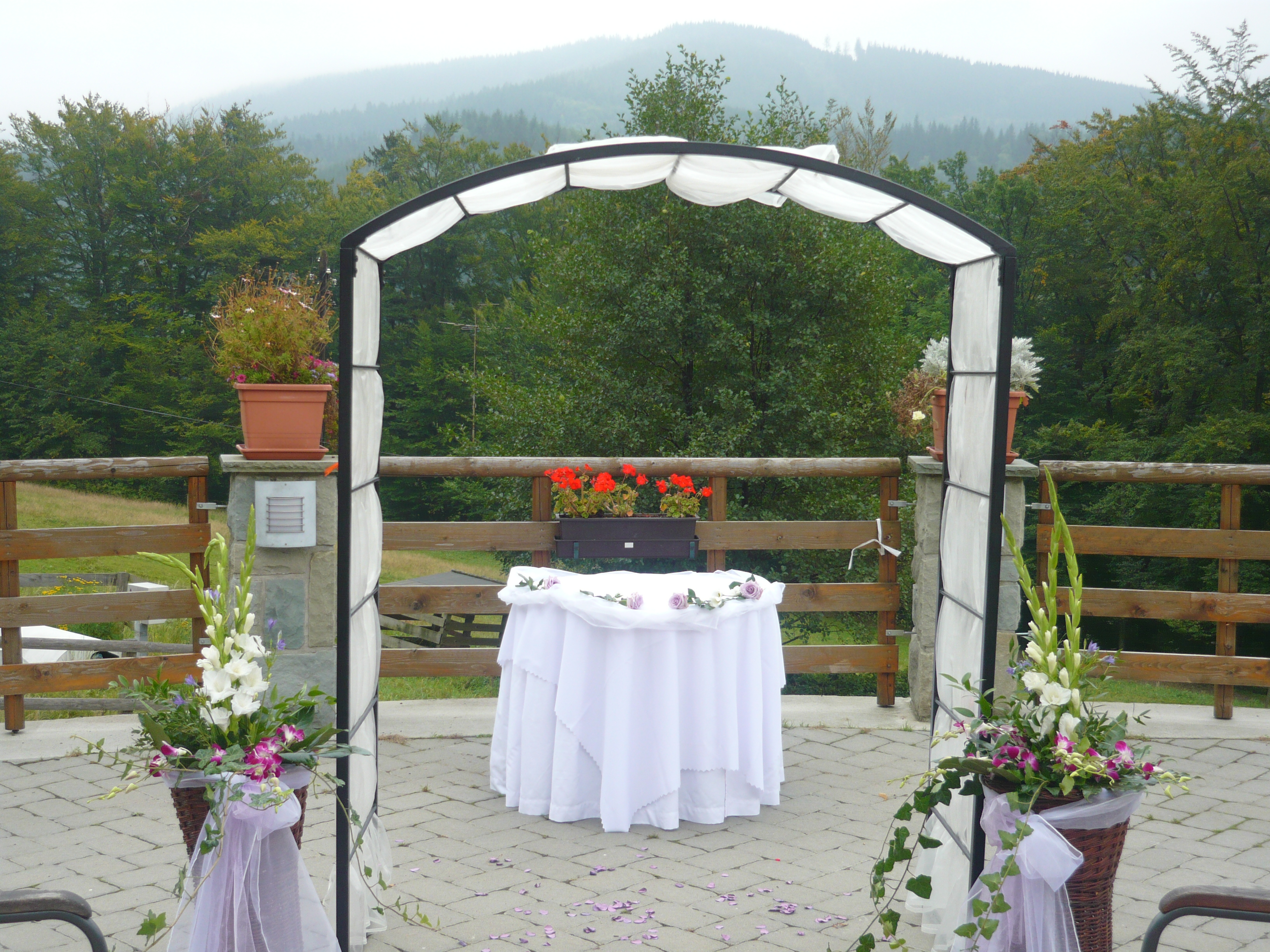 výzdoba ke svatebnímu obřadu venku