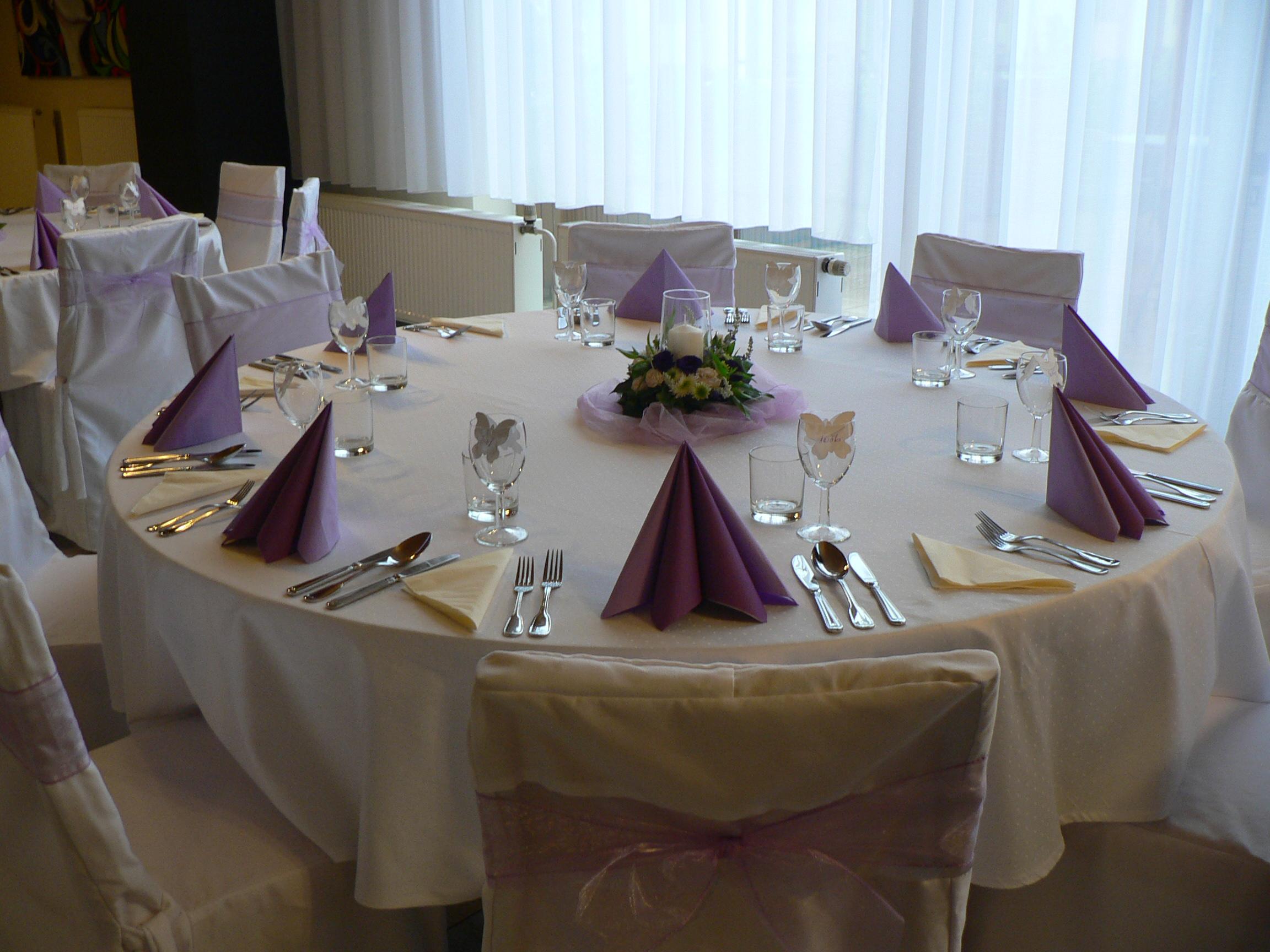 výzdoba svatebního stolu v odstínu světlá fialová