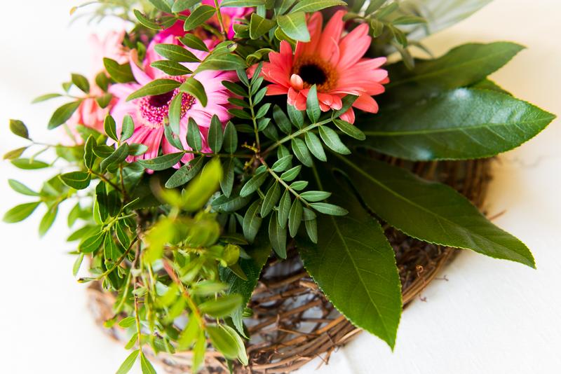 kytice v proutěném košíku